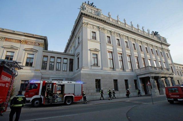 Bomberos frente al Parlamento de Austria