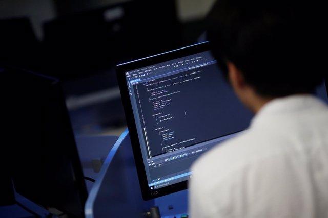 Estudiante frente a un ordenador