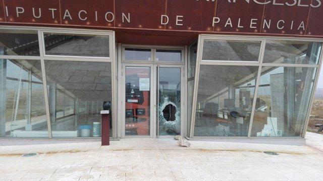 Daños en la puerta de acceso al centro de recepción de La Cueva de los Franceses