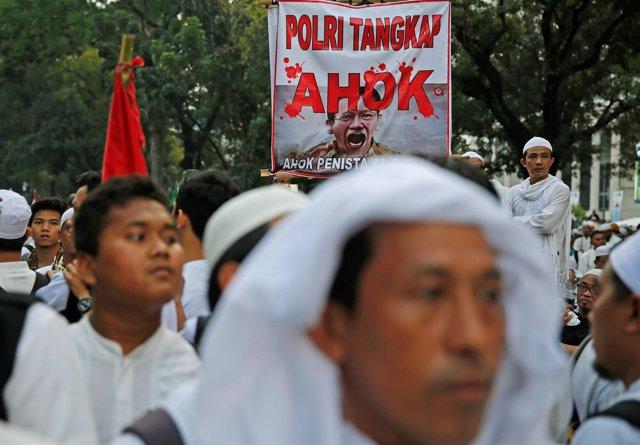 Varios manifestantes durante las protestas contra el gobernador de Yakarta.