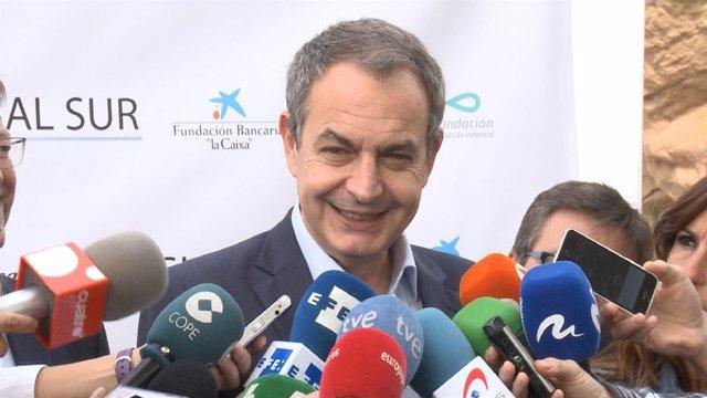 Zapatero atendiendo a los medios en Valencia