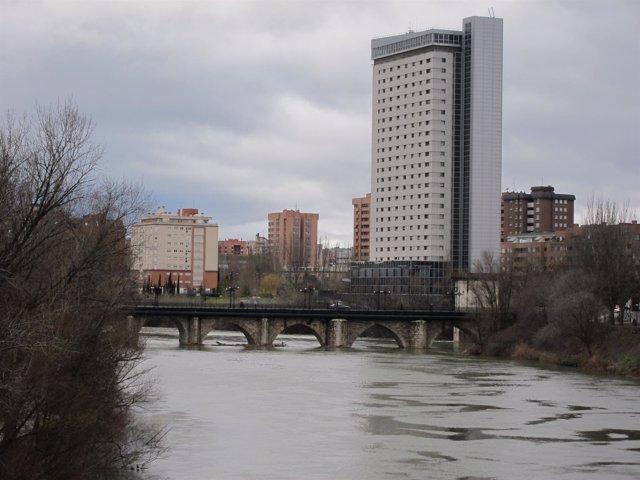 El río Pisuerga junto al Puente Mayor y el edificio Duque de Lerma
