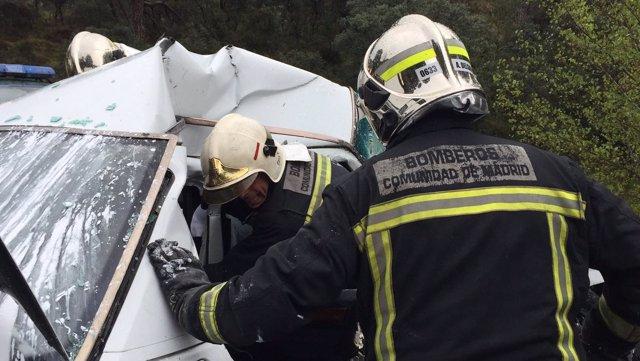 Los bomberos tratan de acceder al coche
