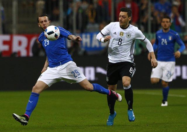 Ozil y Bernadeschi en el Italia - Alemania