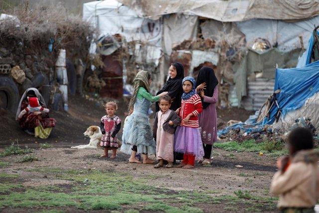 Niños en un campo de desplazados en Yemen