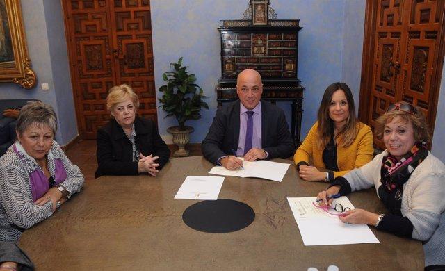 Diputación de Córdoba y Plataforma contra violencia a mujeres firman un convenio