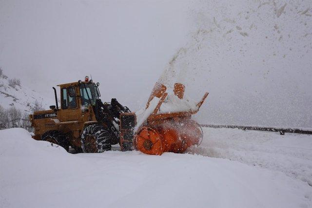 Nieve en carretera de Sotres.