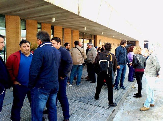 Miembros de UPA-UCE en apoyo de los detenidos en las puertas del juzgado