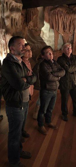 El consejero de Educación, Genaro Alonso, visita la cueva de La Peña, en Candamo