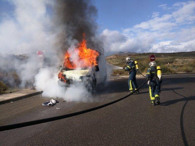 Bomberos de Algeciras apagan fuego en una furgoneta