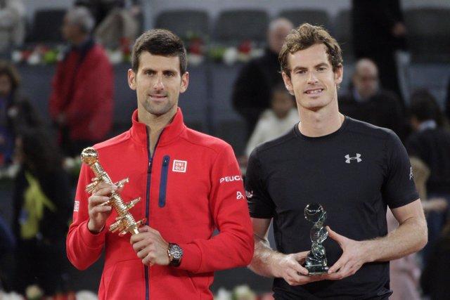 Novak Djokovic y Andy Murray con sus trofeos del Mutua Madrid Open