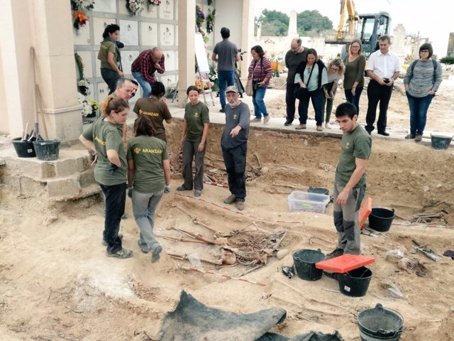 Exhumación en la fosa común de Porreres