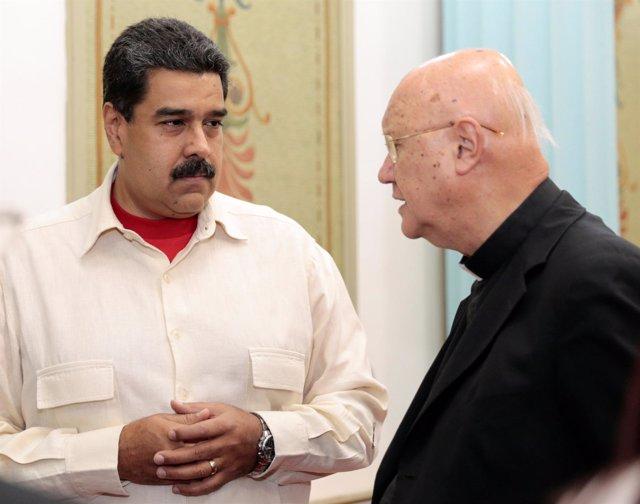 El enviado del Vaticano, Claudio María Celli, y Nicolás Maduro