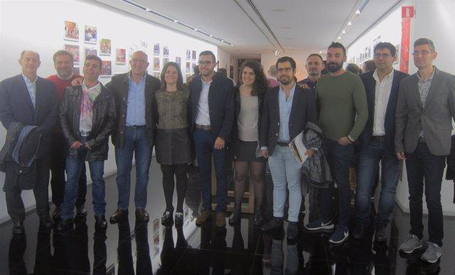 Jesús Julio Carnero junto a presidentes y miembros de las asociaciones juveniles