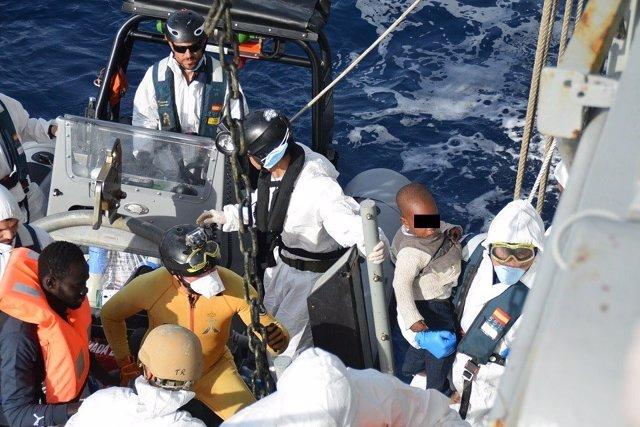 La fragata 'Navarra' recata 578 migrantes frente a las costas de Libia