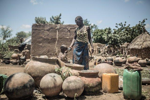 Mujer y niño recogiendo agua
