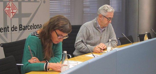 El concejal de Vivienda, Josep Maria Montaner, y la edil de la CUP Maria Rovira