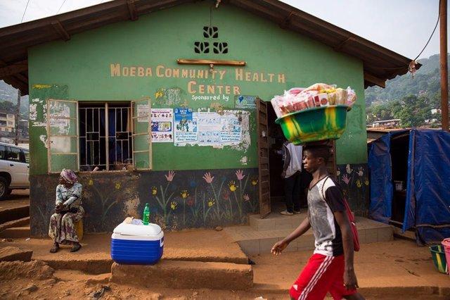 Una mujer pasea por las calles de Sierra Leona