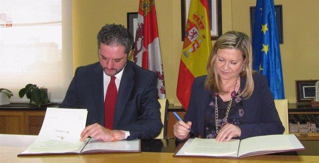 La consejera Pilar del Olmo y el director de Negocio de Banco Caixa Geral