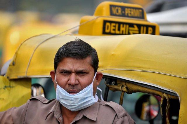 Hombre en Nueva Delhi con mascarilla debido a la contaminación