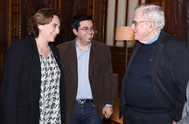 Alcaldesa Ada Colau, t.De alcalde Gerardo Pisarello, lingüista Noam Chomsky