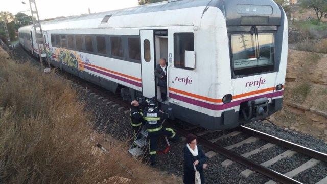 Los bomberos de la DPZ han ayudado a los pasajeros del tren de Caspe.