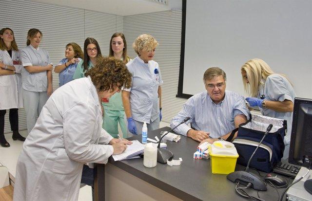Profesionales vacunándose contra la gripe.