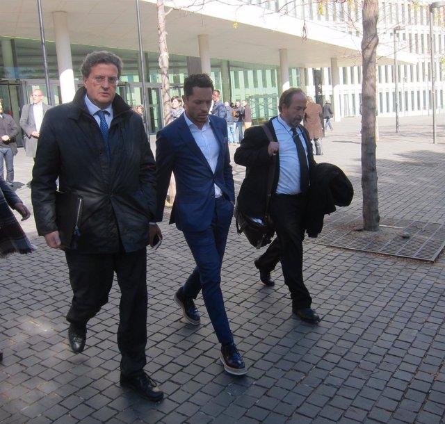 El exjugador del FC Barcelona Adriano Correia sale con sus abogados de declarar