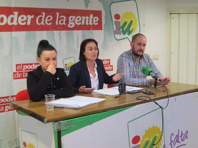 En el centro, la coordinador de IU Almería, Rosalía Martín