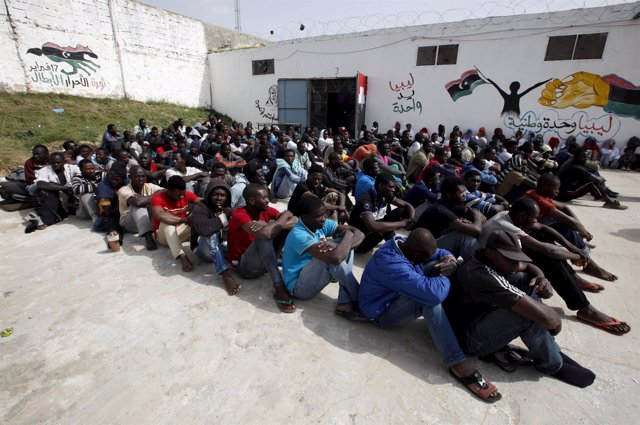 Inmigrantes ilegales en un centro de detención en Tripoli
