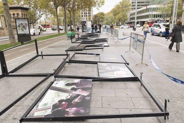 El viento derriba varios paneles de la exposición de fotografías en Gran Vía