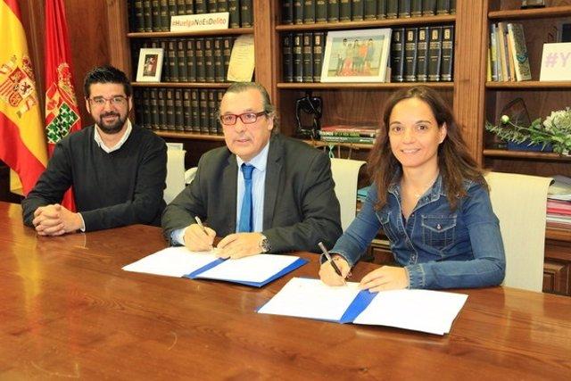 Sara Hernández con el juez decano