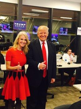 Trump y su jefa de campaña, Kellyanne Conway, durante la noche electoral