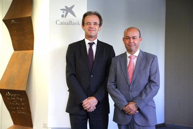 El presidente de CaixaBank, Jordi Gual, con el gaditano Antonio Valle
