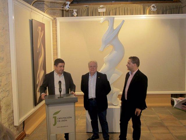 Reyes inaugura la muestra de esculturas de Miguel Fuentes del Olmo