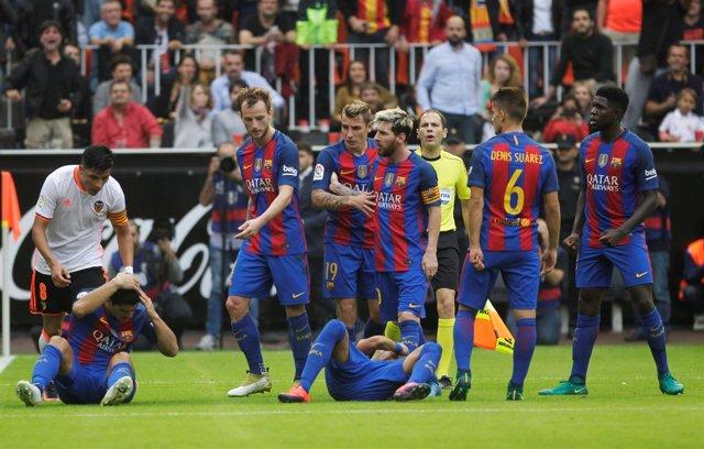 Neymar recibe un botellazo en Mestalla tras el 2-3