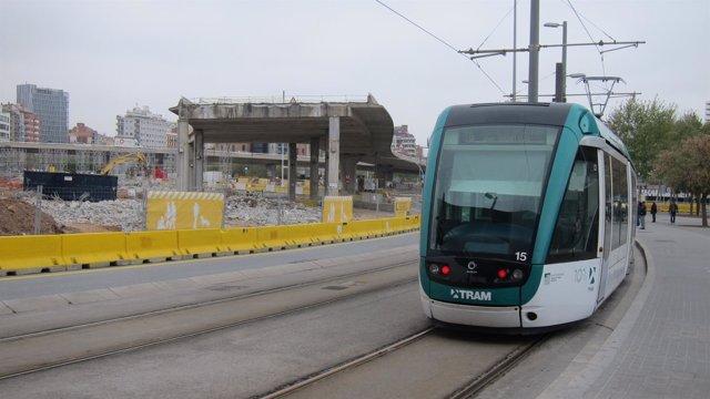 El tranvía, entre la avenida Diagonal y la plaza de les Glòries