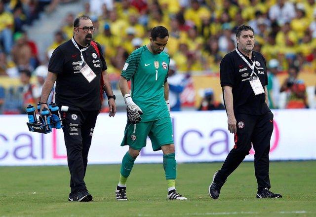 Claudio Bravo lesionado en un partido con la selección de Chile