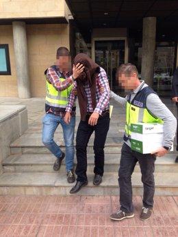 Imagen de uno de los detenidos, saliendo de la Consejería de Fomento