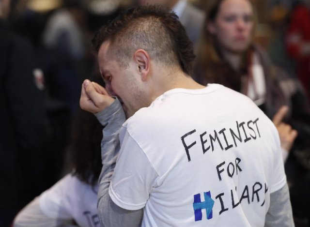 Demócratas lloran por la derrota de Hillary Clinton