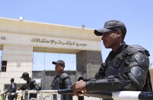 Policías egipcios frente a un tribunal de El Cairo