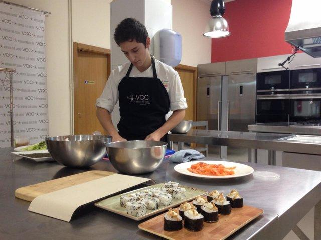 Chef prepara sushi en la presentación de 'Cooking' en Gastrónoma