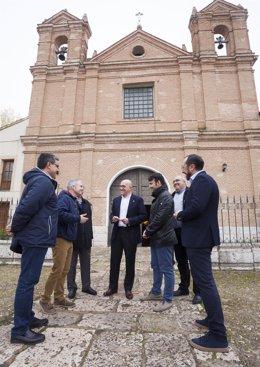 Carnero y alcaldes de la zona ante la ermita