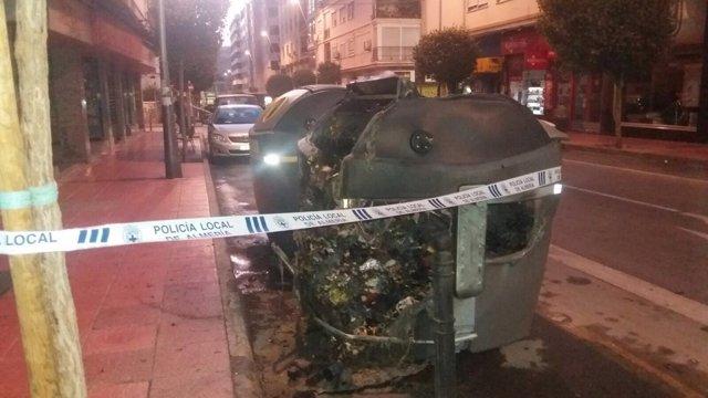 Contendores quemados en la calle Gregorio Marañón de Almería