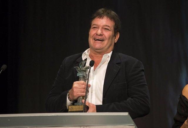 Jorge Perugorría con el premio Ciudad de Huelva