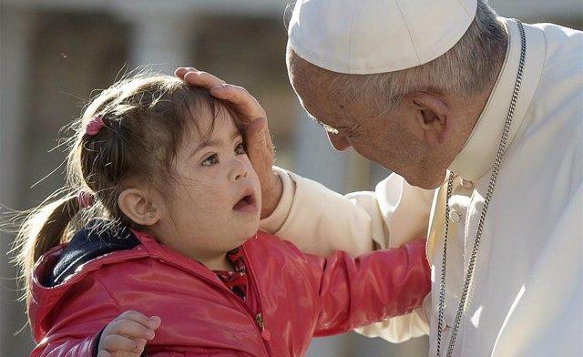 El Papa Francisco saluda a una niña con síndrome de Down