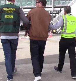 Patrick Nogueira junto con la Guardia Civil