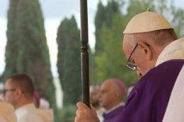 El Papa Francisco reza durante un oficio religioso
