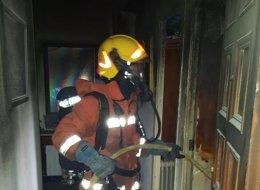 Uno de los bomberos durante la extinción del fuego