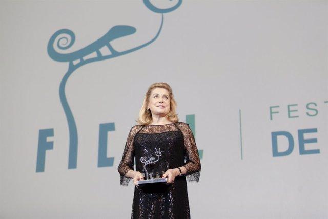Catherine Deneuve recibe el Premio 'Almería, Tierra de Cine'.